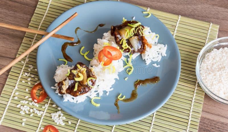 Ρύζι με τα κομμάτια του ξηρού βόειου κρέατος στη σάλτσα σόγιας στοκ φωτογραφία