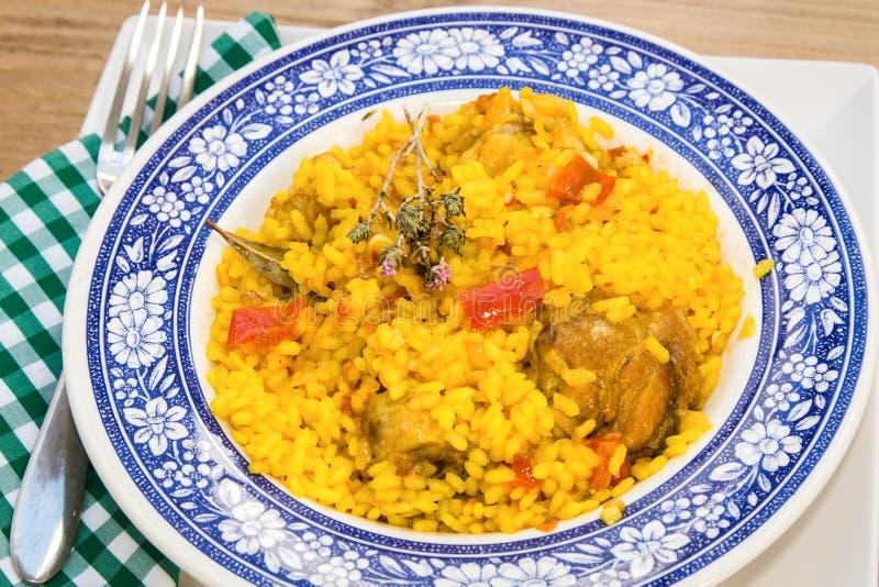 Ρύζι με το κοτόπουλο και λαχανικά στο κύπελλο στοκ εικόνες