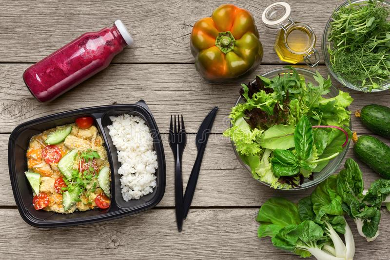 Ρύζι με το λαχανικό μιγμάτων, το καταφερτζή και τα φρέσκα συστατικά σαλάτας στοκ εικόνες με δικαίωμα ελεύθερης χρήσης