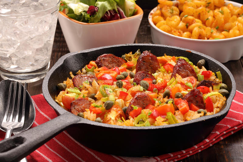 Ρύζι με chorizo το λουκάνικο και λαχανικά που ψήνονται σε ένα τηγάνι στοκ εικόνες