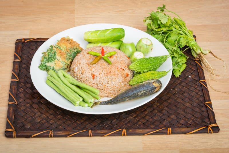 Ρύζι που αναμιγνύεται με το τηγανισμένο κόλλα σκουμπρί γαρίδων στοκ εικόνες με δικαίωμα ελεύθερης χρήσης