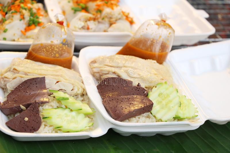 Ρύζι που βράζουν στον ατμό με το κοτόπουλο και σάλτσα εύγευστη στοκ φωτογραφίες με δικαίωμα ελεύθερης χρήσης