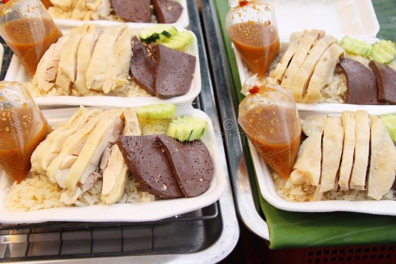 Ρύζι που βράζουν στον ατμό με το κοτόπουλο και σάλτσα εύγευστη στοκ φωτογραφία με δικαίωμα ελεύθερης χρήσης