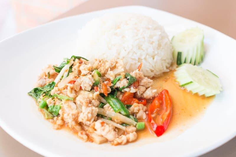 Ρύζι που ολοκληρώνεται με το ανακατώνω-τηγανισμένους χοιρινό κρέας και το βασιλικό στοκ εικόνες με δικαίωμα ελεύθερης χρήσης