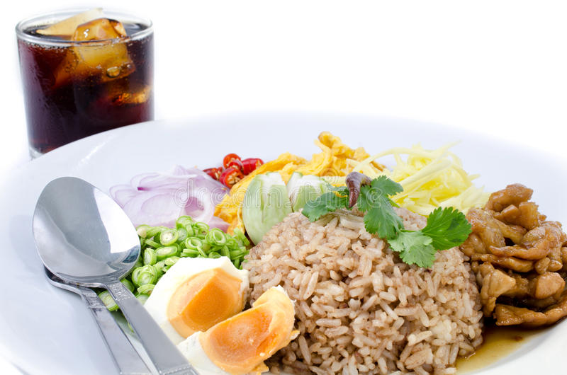 Ρύζι τηγανητών και η κόλλα γαρίδων με το μη αλκοολούχο ποτό κόλας, ταϊλανδικά τρόφιμα στοκ εικόνες