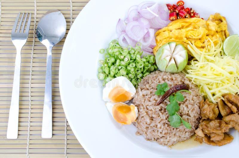 Ρύζι τηγανητών με την κόλλα γαρίδων, ταϊλανδικά τρόφιμα στοκ εικόνες με δικαίωμα ελεύθερης χρήσης