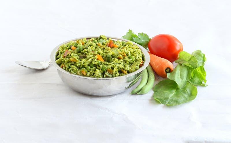 Ρύζι Pilaf Palak ή σπανακιού σε ένα κύπελλο χάλυβα στοκ φωτογραφία