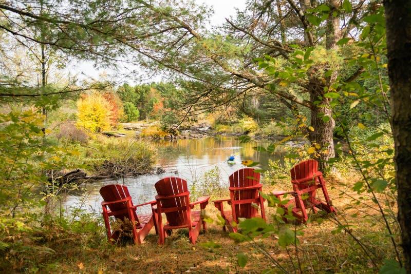 Ρύθμιση για τέσσερα για να χαλαρώσουν από τον ποταμό το φθινόπωρο στοκ φωτογραφίες