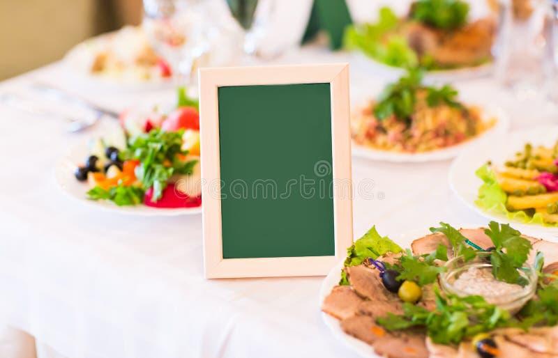Ρύθμιση και κάρτα θέσεων σε έναν πίνακα στην υποδοχή στοκ φωτογραφία