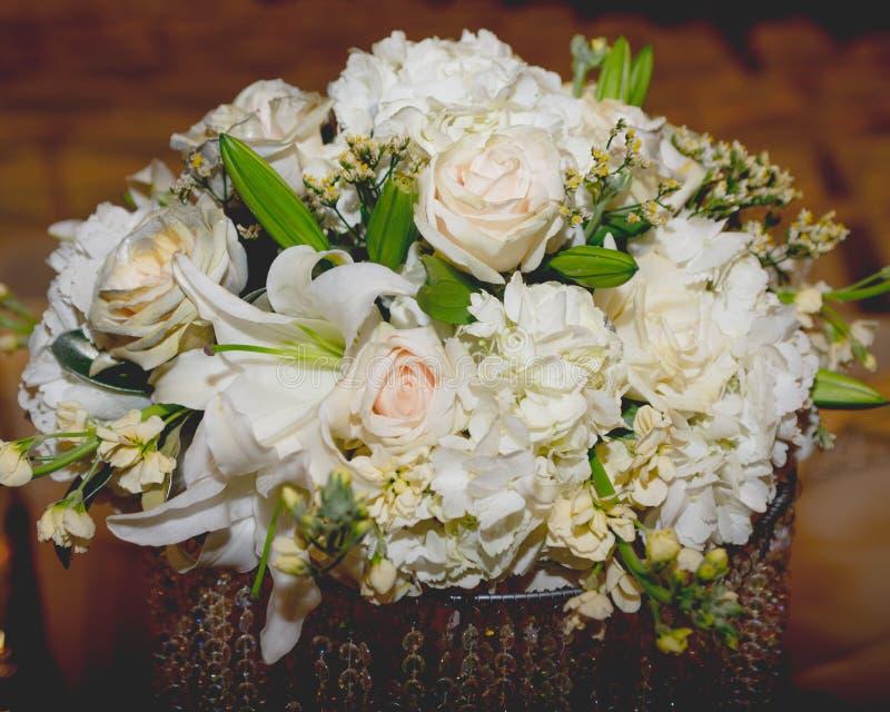 Ρύθμιση λουλουδιών για έναν γάμο στοκ εικόνες