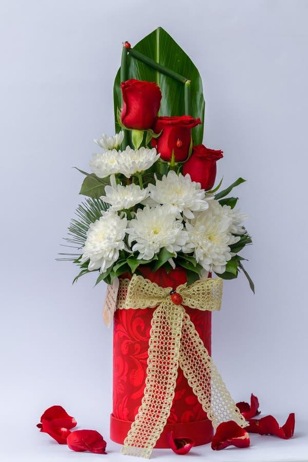 Ρύθμιση λουλουδιών σε ένα κιβώτιο δώρων πολυτέλειας κόκκινο λευκό τριαντάφυλλων χρυσάνθεμων Σύμβολο της αγάπης στοκ φωτογραφία με δικαίωμα ελεύθερης χρήσης