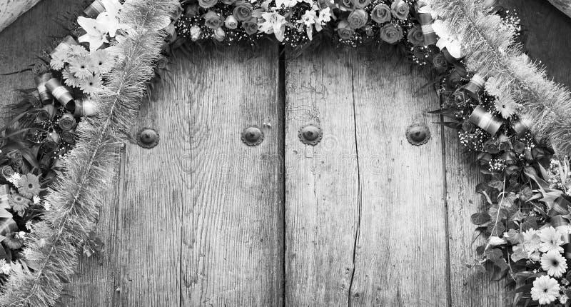 Ρύθμιση λουλουδιών στο υπόβαθρο ξυλείας γραπτό στοκ εικόνες