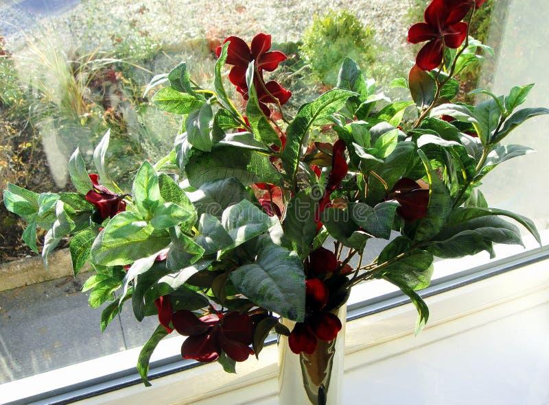 Ρύθμιση λουλουδιών, στο windowsill, στο δοχείο ορείχαλκου στοκ φωτογραφία με δικαίωμα ελεύθερης χρήσης