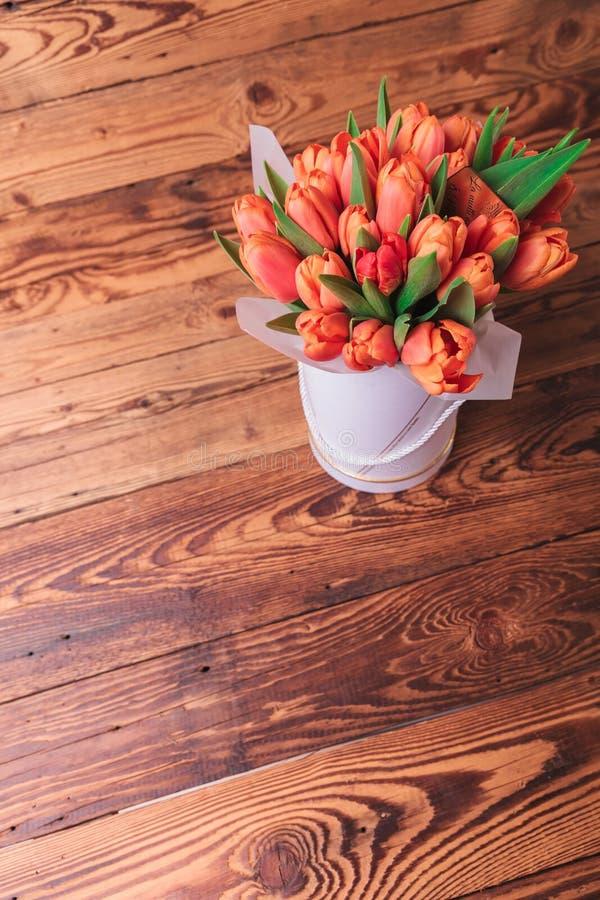 Ρύθμιση λουλουδιών τουλιπών στο παλαιό ξύλινο υπόβαθρο στοκ εικόνα