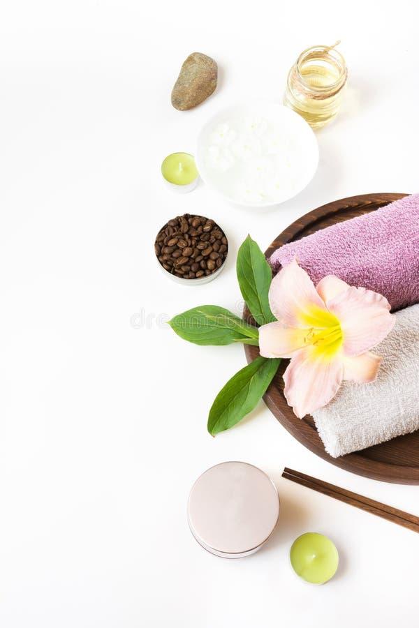 Ρύθμιση SPA της πετσέτας, λουλούδι, καφές στο άσπρο υπόβαθρο με το διάστημα αντιγράφων στοκ εικόνες