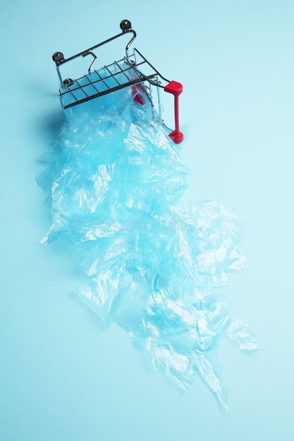 Ρύπανση του πλανήτη με τις πλαστικές τσάντες Απαγορεύστε τη χρήση της μίας χρήσης συσκευασίας στοκ εικόνες