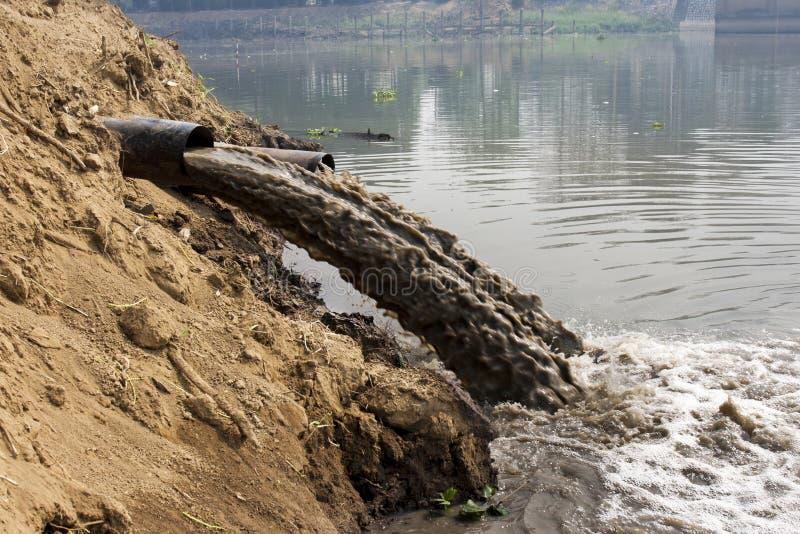 Ρύπανση των υδάτων στον ποταμό στοκ φωτογραφία με δικαίωμα ελεύθερης χρήσης