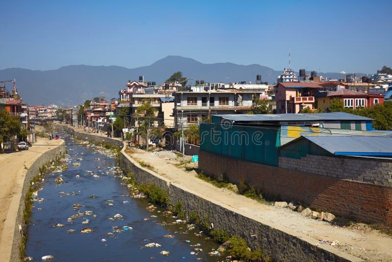 Ρύπανση των υδάτων του ποταμού Bagmati στο Κατμαντού, Νεπάλ στοκ φωτογραφία