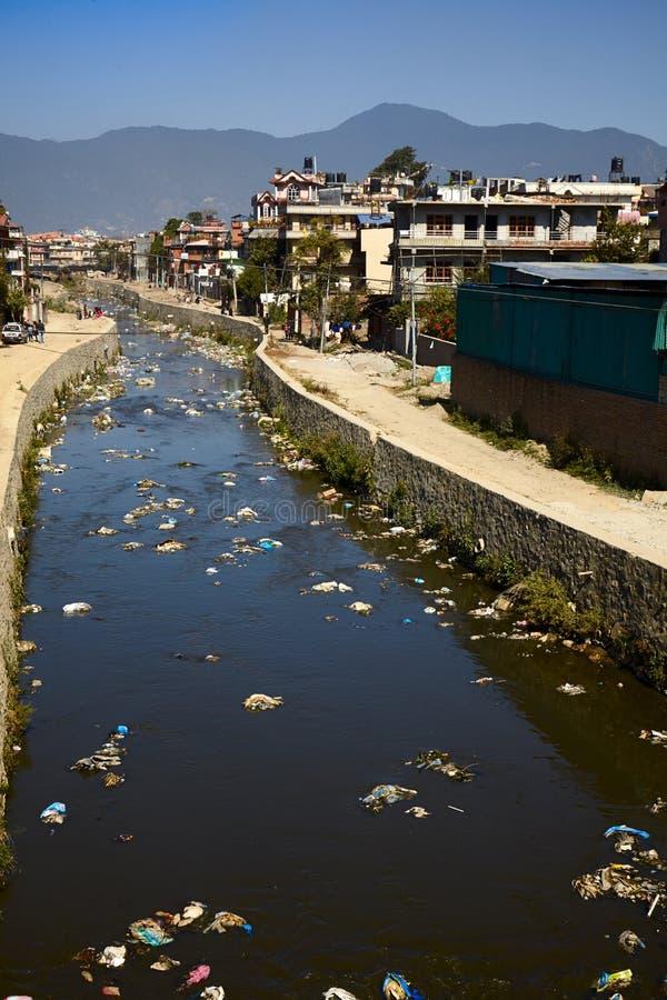 Ρύπανση των υδάτων του ποταμού Bagmati στο Κατμαντού, Νεπάλ στοκ εικόνα