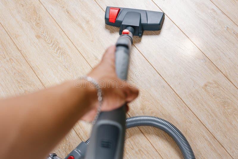 Ρύπος σκουπίσματος με ηλεκτρική σκούπα από το πάτωμα στοκ φωτογραφίες με δικαίωμα ελεύθερης χρήσης