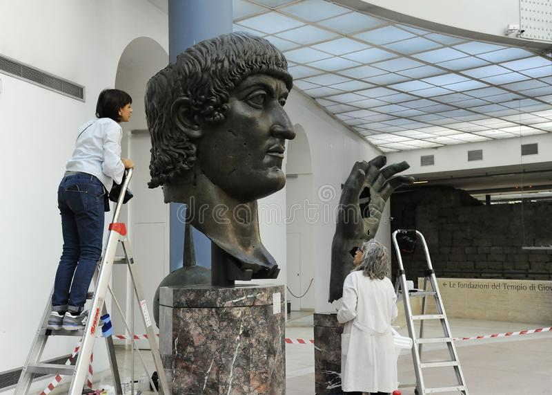 Ρώμη, Ιταλία - 11 Οκτωβρίου 2018: Αποκατάσταση του κολοσσιαίου αγάλματος χαλκού του Constantine στο μουσείο Capitoline, Ρώμη, Ιτα στοκ φωτογραφίες