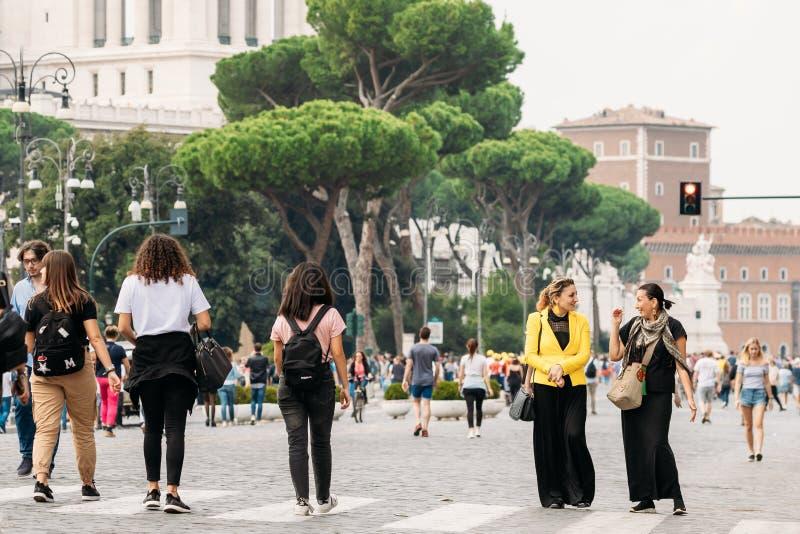 Ρώμη, Ιταλία Τουρίστες Γυναίκες Που Περπατούν Κοντά Στον Βωμό Της Πατρίδας Στην Πιάτσα Βενέτσια στοκ φωτογραφίες με δικαίωμα ελεύθερης χρήσης