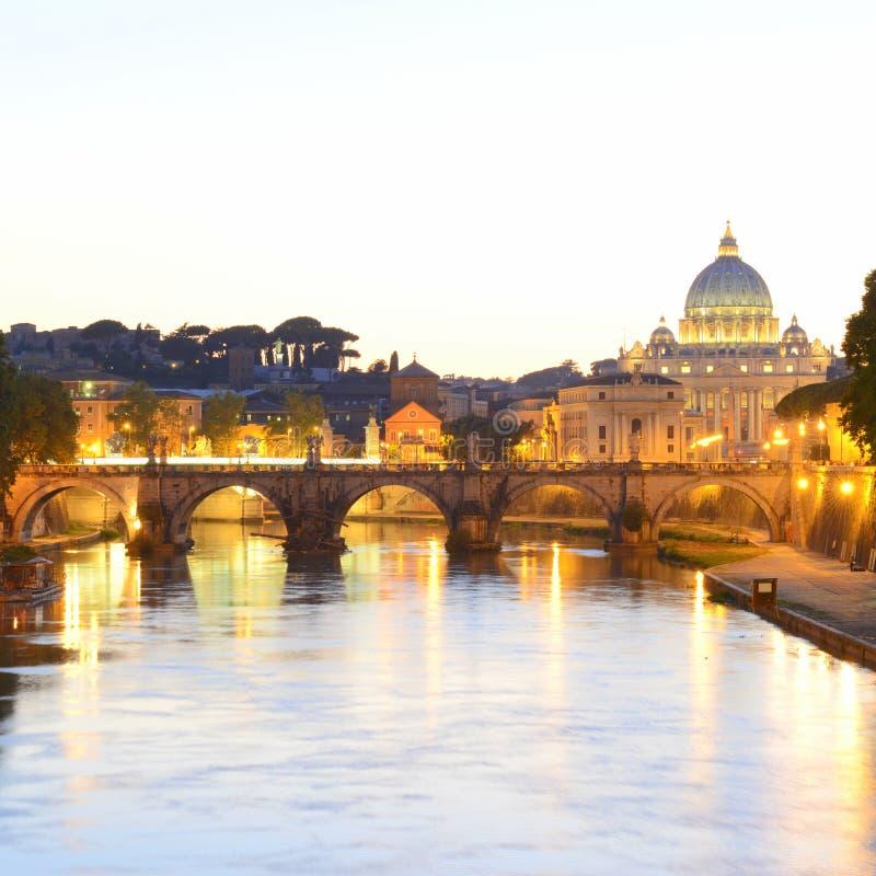 Ρώμη, Ιταλία, Basilica Di SAN Pietro και γέφυρα Sant Angelo στο ηλιοβασίλεμα στοκ εικόνες με δικαίωμα ελεύθερης χρήσης