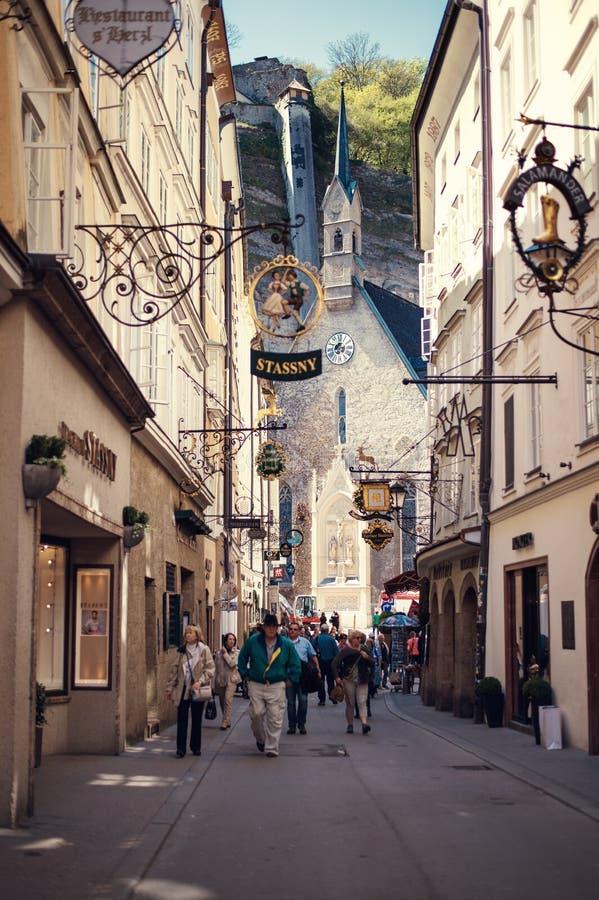 Σάλτζμπουργκ, Αυστρία - τον Απρίλιο του 2015: Διάσημη ιστορική οδός Getreidegasse με τα πολλαπλάσια σημάδια διαφήμισης στοκ φωτογραφίες