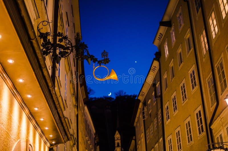 Σάλτζμπουργκ, Αυστρία - τον Απρίλιο του 2015: παλαιά αρχιτεκτονική πόλης οδών το βράδυ στοκ εικόνα με δικαίωμα ελεύθερης χρήσης