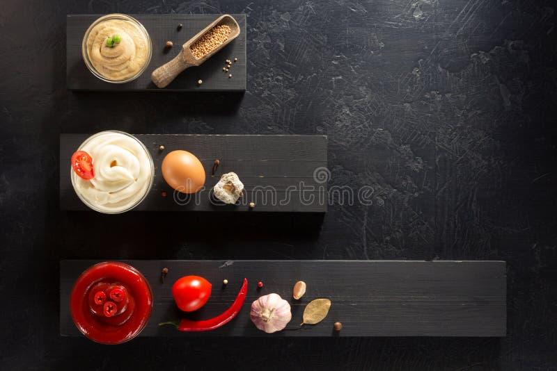 Σάλτσα, μαγιονέζα και μουστάρδα ντοματών στο κύπελλο στοκ εικόνες