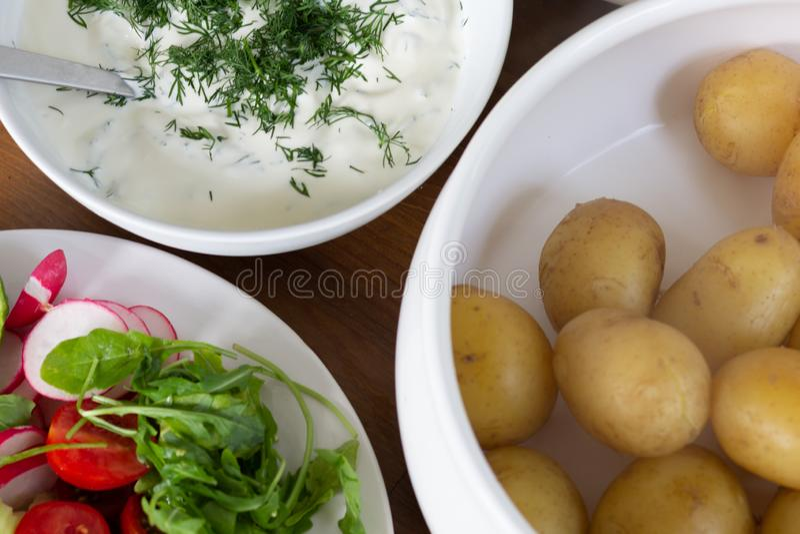 Σάλτσα με το μάραθο, τα λαχανικά και τη βρασμένη πατάτα με το δέρμα επάνω στοκ εικόνες με δικαίωμα ελεύθερης χρήσης
