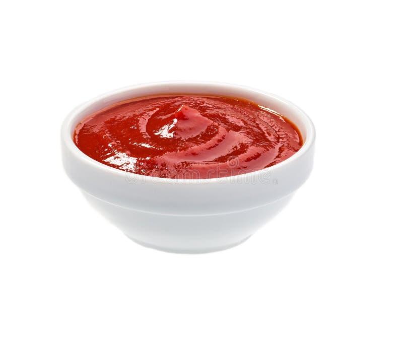 Σάλτσα ντοματών, κέτσαπ στο κεραμικό κύπελλο που απομονώνεται στο άσπρο υπόβαθρο στοκ εικόνα με δικαίωμα ελεύθερης χρήσης