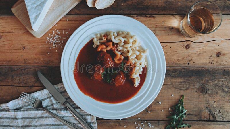 Σάλτσα ντοματών προσδιορισμού τροφίμων με τα ζυμαρικά στις ξύλινες σα στοκ εικόνα με δικαίωμα ελεύθερης χρήσης