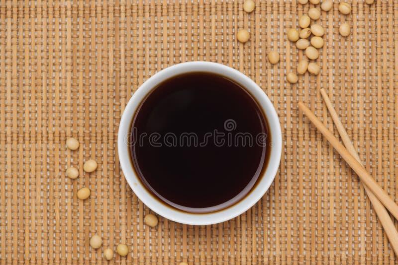 Σάλτσα σόγιας και φασόλι σόγιας με chopsticks στον ξύλινο πίνακα στοκ φωτογραφία με δικαίωμα ελεύθερης χρήσης