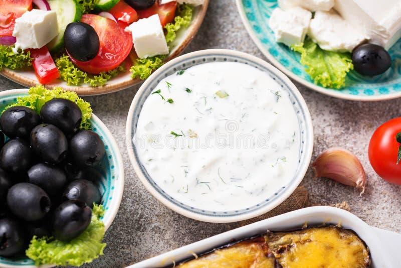 Σάλτσα Tzatziki και παραδοσιακά ελληνικά πιάτα στοκ εικόνες