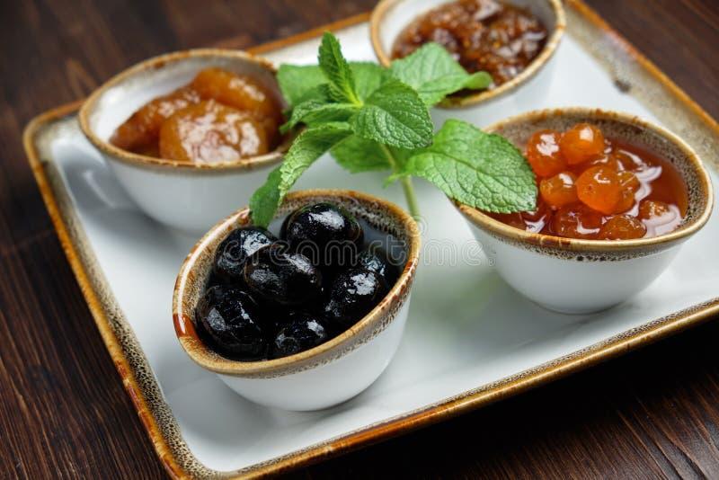 Σάλτσες σε μπολ σε σκούρο ξύλινο φόντο μενού τροφοδοσίας στοκ εικόνες