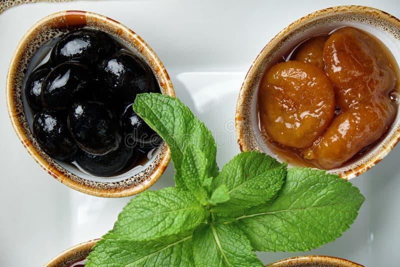 Σάλτσες σε μπολ σε σκούρο ξύλινο φόντο μενού τροφοδοσίας στοκ εικόνα με δικαίωμα ελεύθερης χρήσης