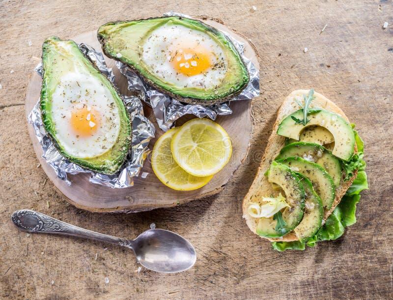 Σάντουιτς αβοκάντο και αυγό κοτόπουλου που ψήνεται στο αβοκάντο στοκ εικόνα