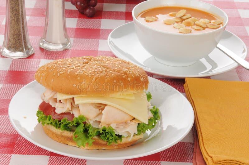 Σάντουιτς κοτόπουλου με τη σούπα με θαλασσινά ντοματών στοκ φωτογραφία με δικαίωμα ελεύθερης χρήσης