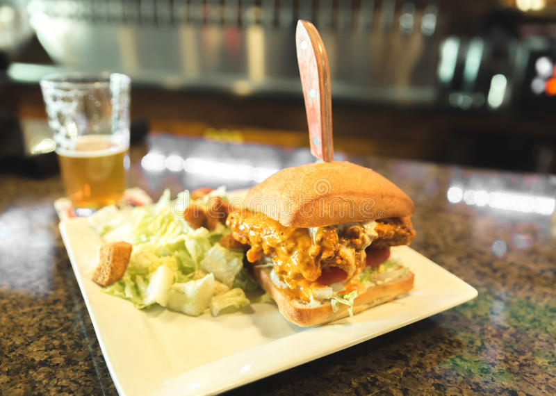 Σάντουιτς κοτόπουλου Buffalo στο μπαρ στοκ εικόνα με δικαίωμα ελεύθερης χρήσης