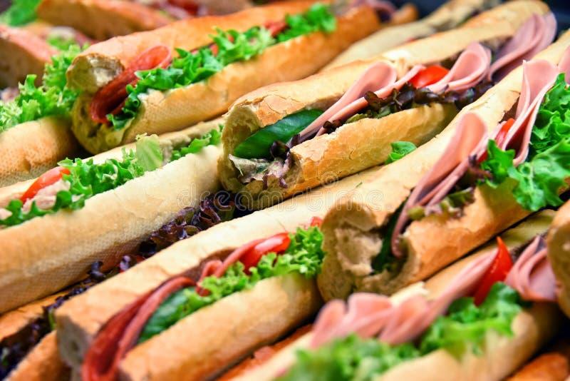 Σάντουιτς με τα λαχανικά και ζαμπόν που πωλείται στο εστιατόριο γρήγορου φαγητού στοκ εικόνες