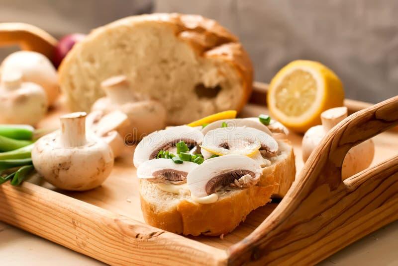 Σάντουιτς με τα μανιτάρια και τα πράσινα κρεμμύδια στοκ εικόνα με δικαίωμα ελεύθερης χρήσης