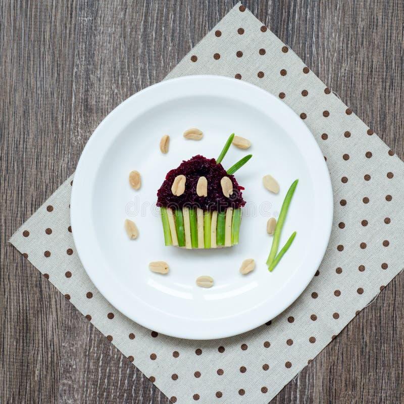 Σάντουιτς με τα τεύτλα, τα ξηρά δαμάσκηνα, το τυρί, τα πράσινα κρεμμύδια και τα αλατισμένα φυστίκια στη φρυγανιά υπό μορφή cupcak στοκ εικόνες