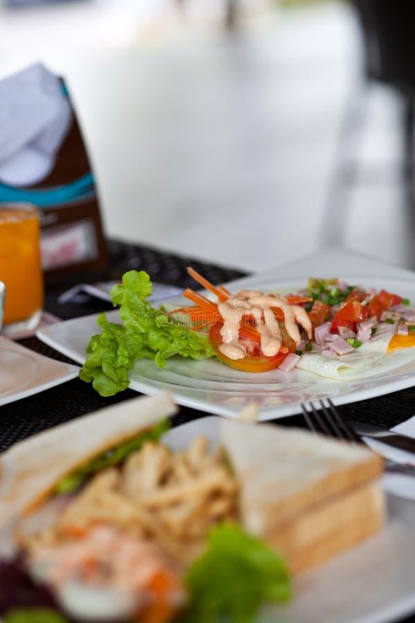 Download Σάντουιτς με τα τηγανητά και τη σαλάτα Cesar Στοκ Εικόνες - εικόνα από γεύμα, κουζίνα: 22781216