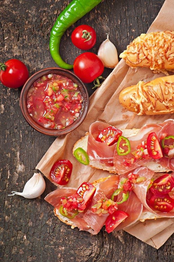 Σάντουιτς με την εμβύθιση salsa ζαμπόν και ντοματών στοκ φωτογραφία με δικαίωμα ελεύθερης χρήσης