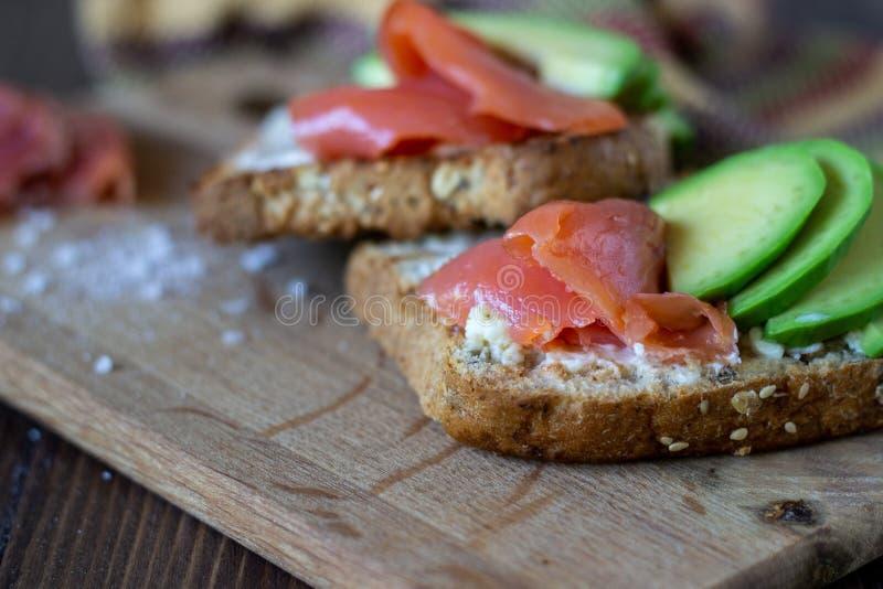 Σάντουιτς με την πέστροφα και το αβοκάντο σε ένα άσπρο υπόβαθρο r στοκ εικόνες