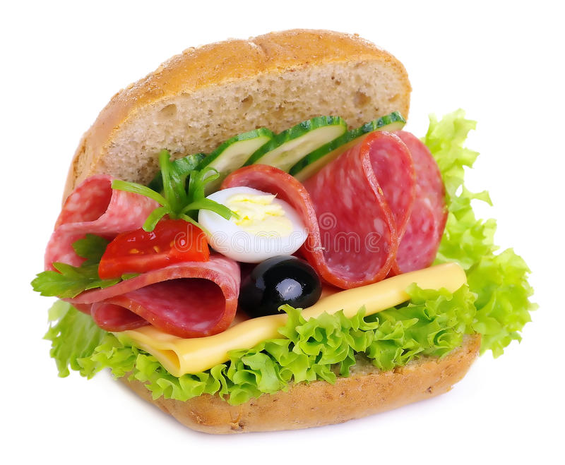 Σάντουιτς με τις ελιές και τις ντομάτες κρεμμυδιών αγγουριών σαλάτας αυγών τυριών σαλαμιού στοκ φωτογραφία με δικαίωμα ελεύθερης χρήσης