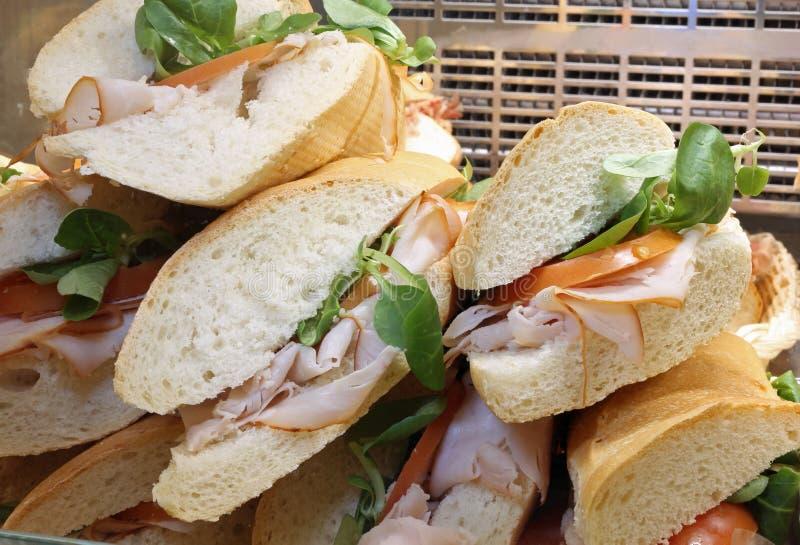 Σάντουιτς με τον πύραυλο ζαμπόν και τη φρέσκια ντομάτα στοκ εικόνες