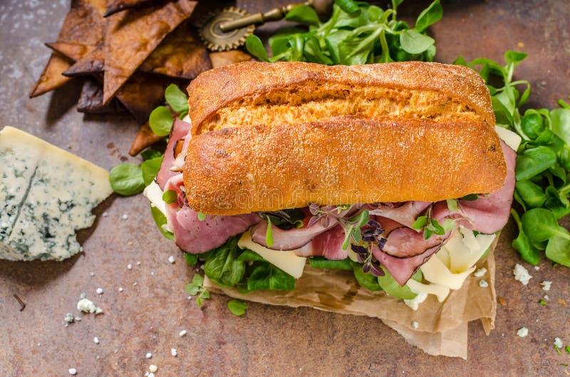 Σάντουιτς με το ζαμπόν και το τυρί, μαρούλι στοκ φωτογραφίες