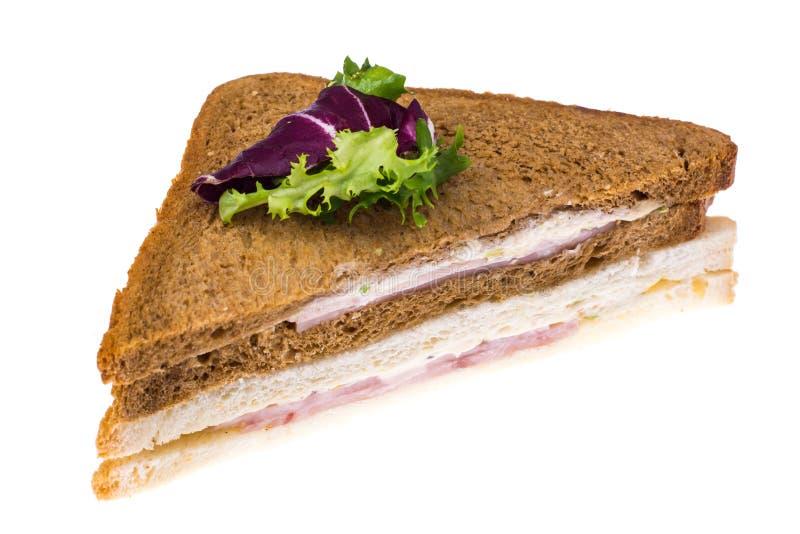 Σάντουιτς με το ζαμπόν και τυρί από το ψωμί σίτου και σίκαλης στοκ εικόνες